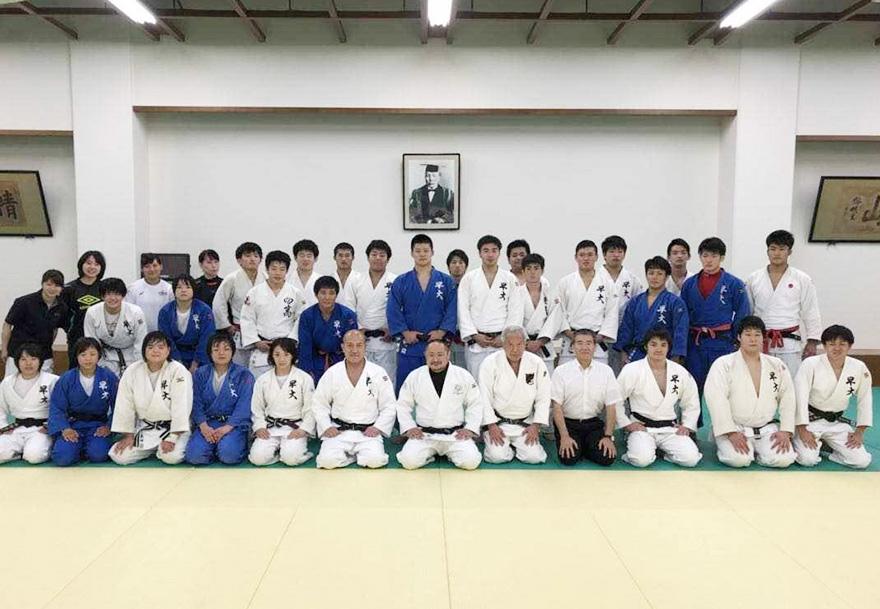 数十人の柔道部員・関係者の方々と初瀬勇輔の集合写真