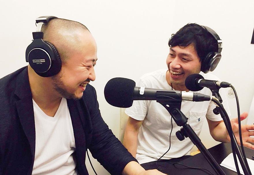 番組トーク中に、パーソナリティの寺田ユースケさんと楽しそうに話す初瀬勇輔の様子