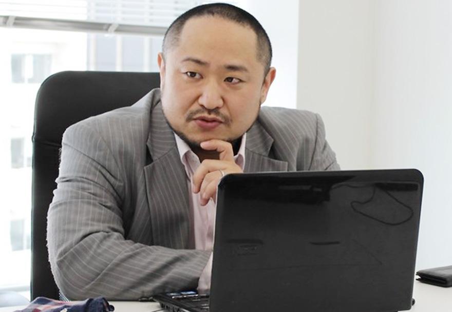 インタビュー中の初瀬勇輔の写真