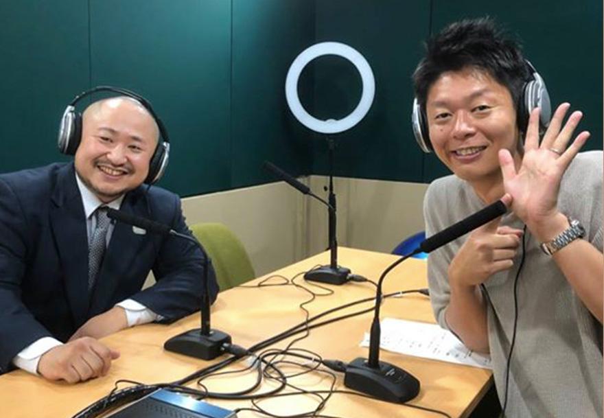 ラジオスタジオでの島田秀平さんと初瀬勇輔の写真