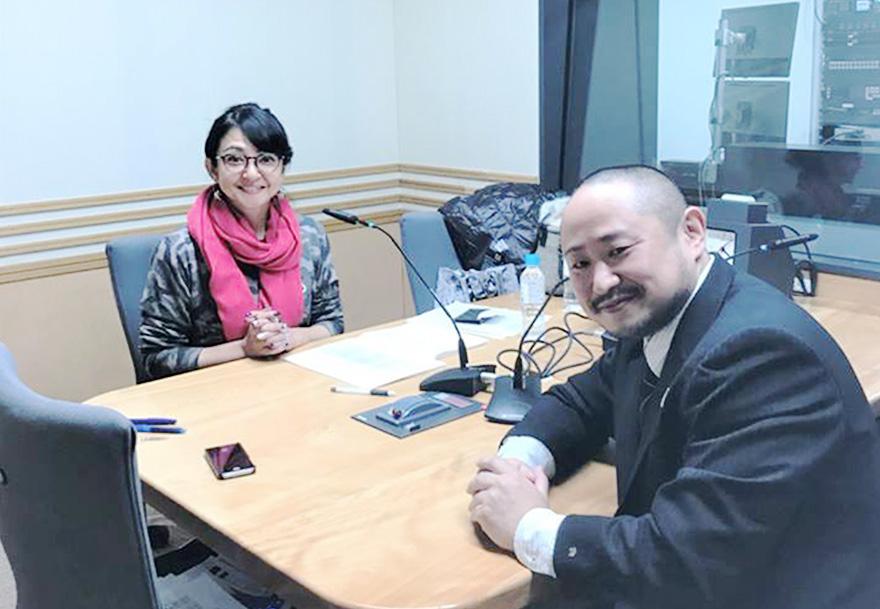ラジオスタジオでのパーソナリティー町亞聖さんと初瀬勇輔の写真