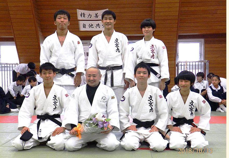 柔道部員の学生と初瀬勇輔の集合写真