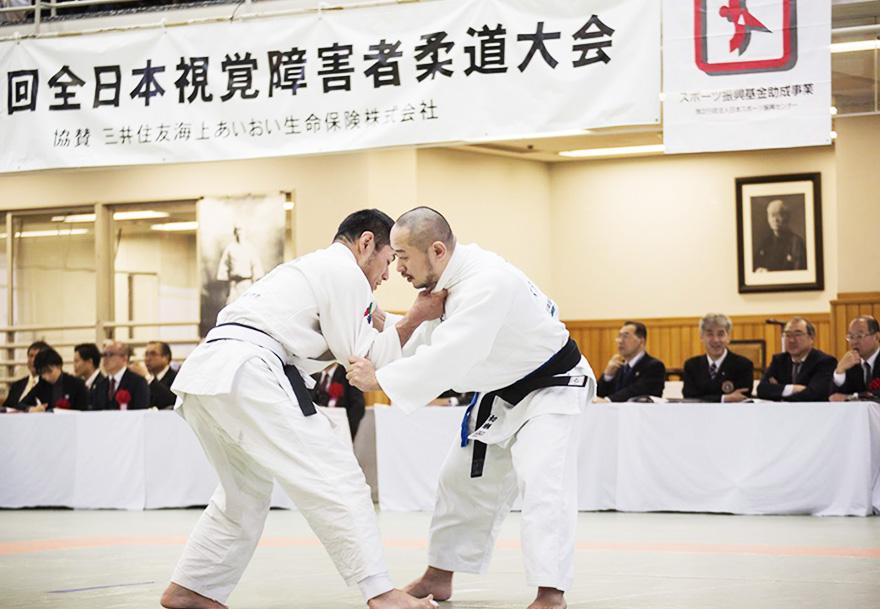 対戦相手と組み合う試合中の初瀬勇輔の写真