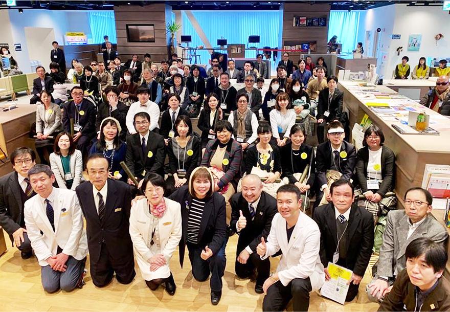 大勢のイベント参加者との集合写真