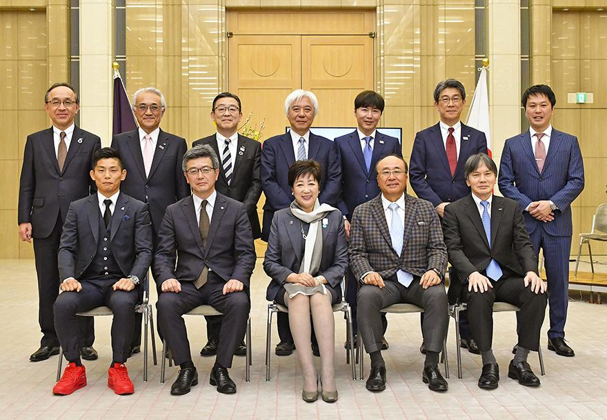 小池百合子東京都知事とモデル企業受賞者の集合写真