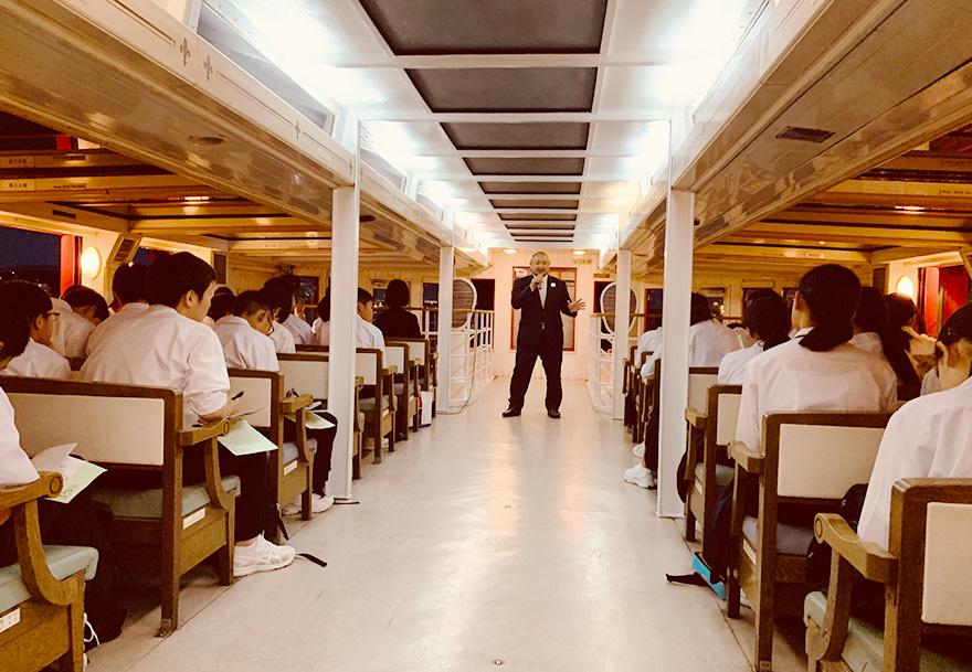 遊覧船の中で中学生とトークセッションをする初瀬の様子