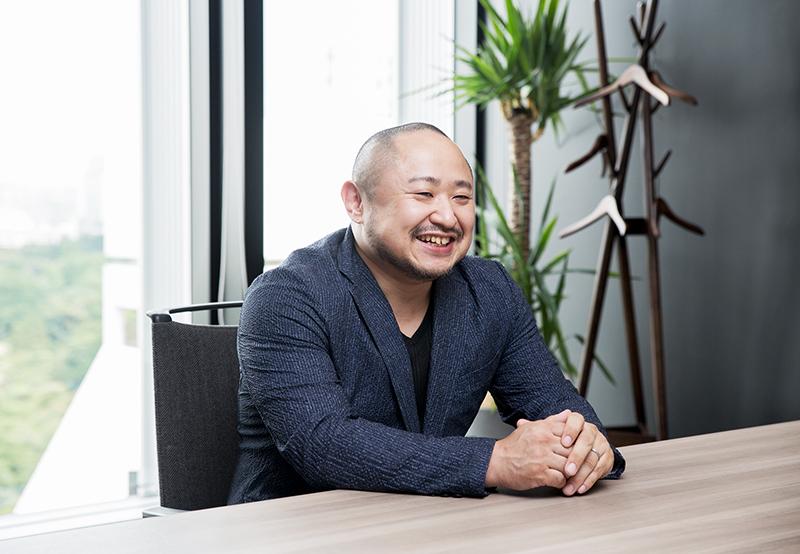 笑顔でインタビューを受ける初瀬勇輔の写真