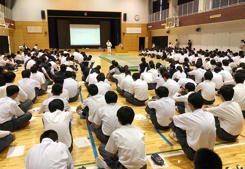 学生の前で話をする初瀬の画像