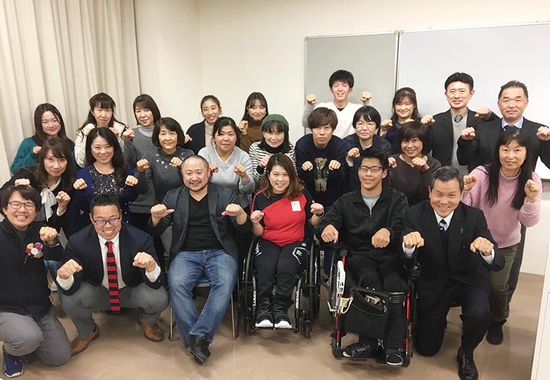 初瀬と山本さん、講座に参加された皆さんとの集合写真