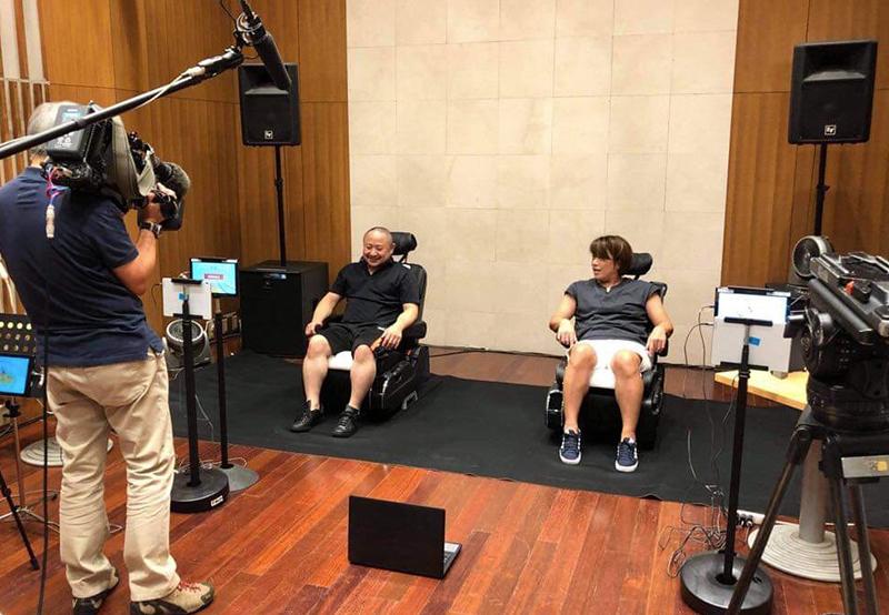 カメラの前で初瀬とボブスレーのオリンピアンである長岡千里さんと対決する画像